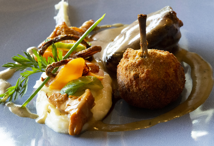 Minute de Pigeon rôti, confit de cuisses, mousseline de chou-fleur à l'huile de noisette