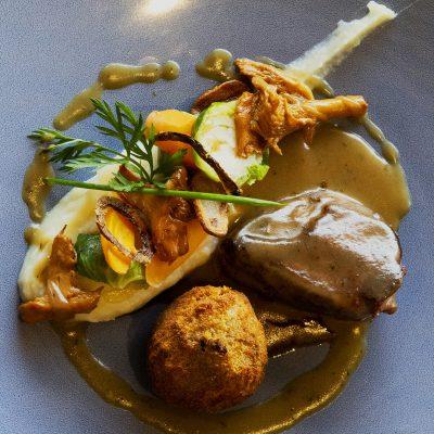plat Minute de Pigeon rôti, confit de cuisses, mousseline de chou-fleur à l'huile de noisette
